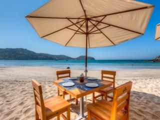 dining-on-beach-1